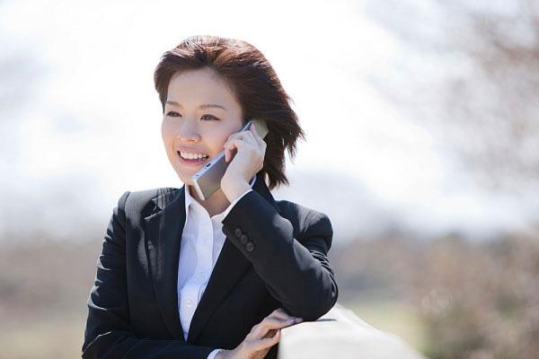 Điện thoại còn là vật bất li thân đối với một bộ phận không nhỏ người dùng. (Ảnh: Internet)